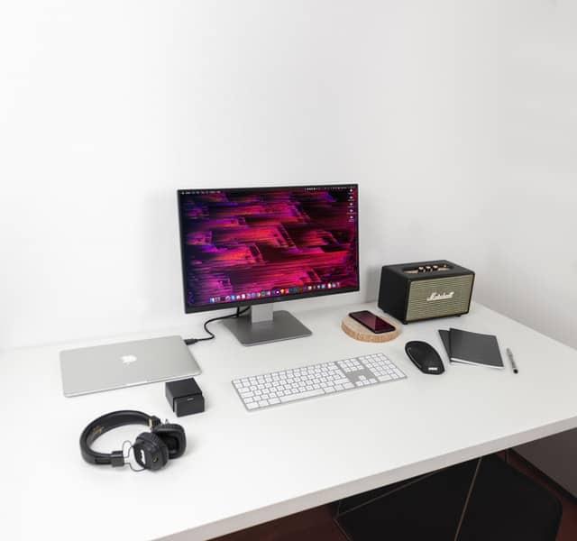 שולחן מחשב משרדי גדול בצבע לבן