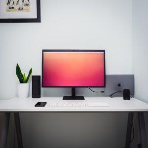 שולחן מחשב מעוצב בצבע לבן