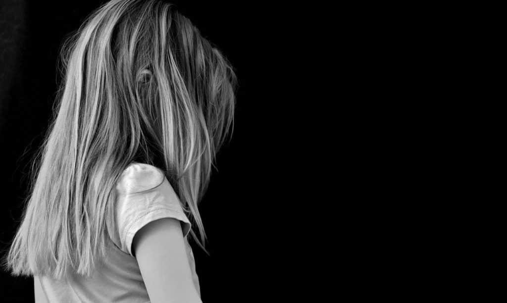 ילדה עצובה בשחור לבן